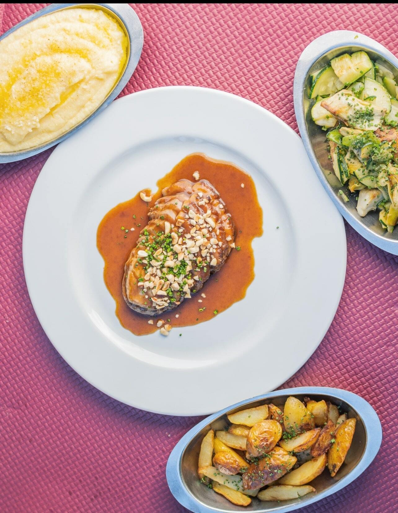 Magret de canard, sauce au miel et pignons