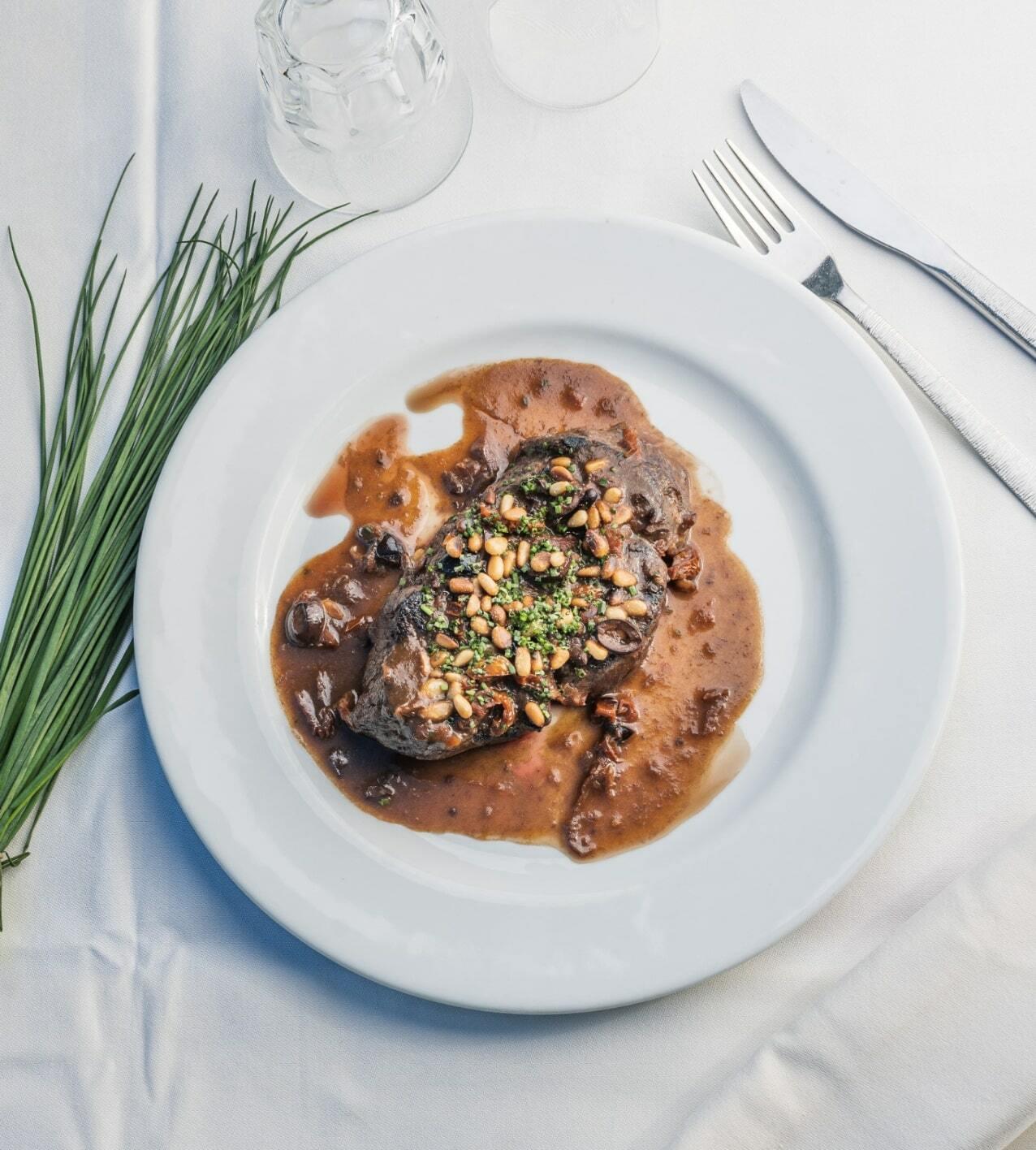 Filet de Bœuf, sauce aux olives, tomates séchées et pignons